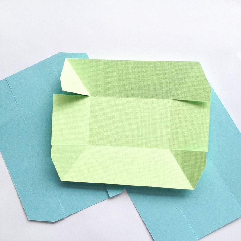 DIY Treat Boxes - Maritza Lisa: These little boat-shaped treat boxes or paper trays will be awesome to serve snacks and treats. They will also be great to store little crafty bits and pieces too. Click through for the tutorial...