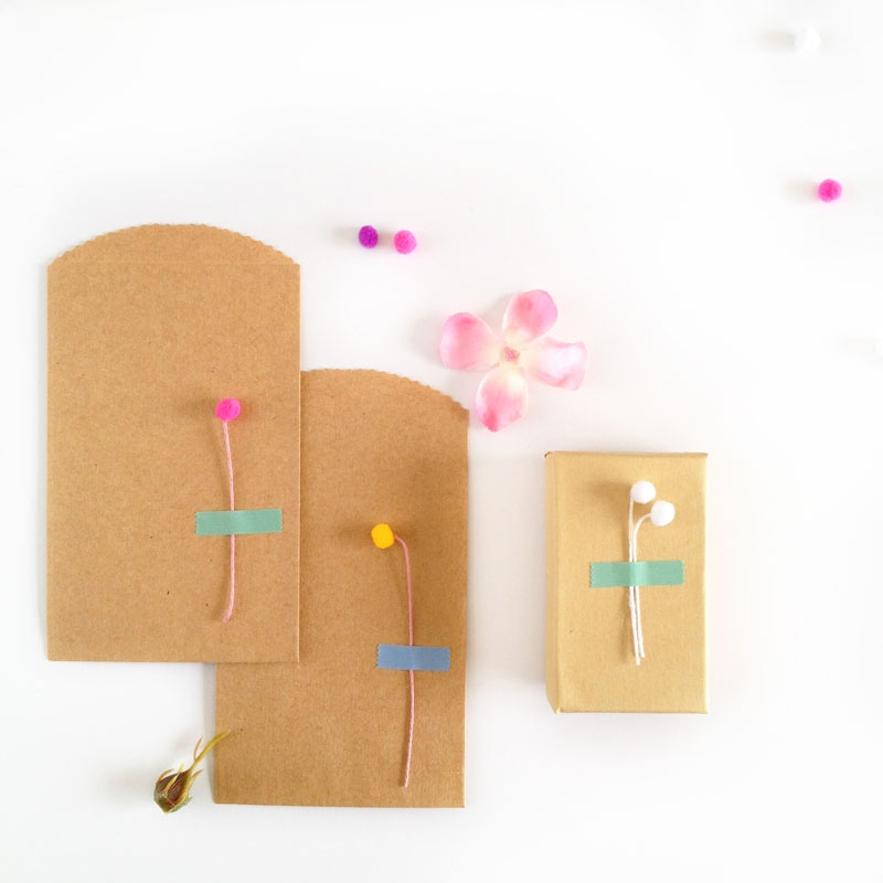 Easy DIY Flowers with Mini Pom-poms - Maritza Lisa: Looking for an easy DIY flowers project? Look no further... these mini flowers can be made in 3 easy steps with mini pom moms and string!