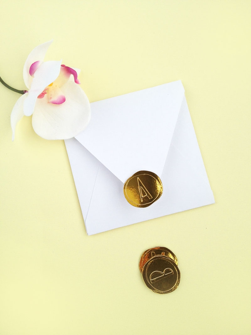 DIY Faux Wax Seals with Gold Foil - Maritza Lisa: Updating an old favorite on the blog today with these DIY Gold Faux Wax Seals. These are perfect for weddings, gifts, packages and envelopes. Click through for this DIY Packages tutorial