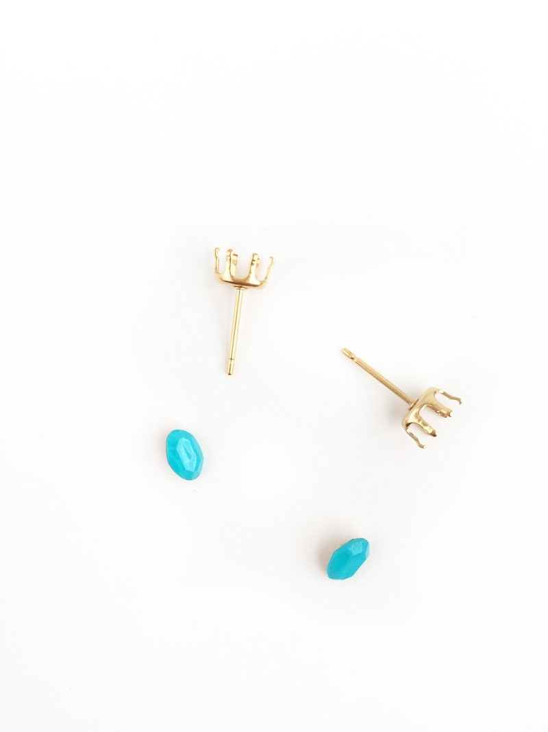 Easy DIY Jewelry on Maritza Lisa: Create Your Own Stud Earrings with Brightly Colored Gems . This easy tutorial is perfect and takes no time to make as gifts or for yourself. Click through to make your own...