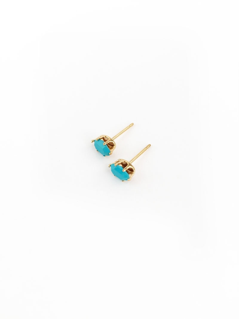 Easy DIY Earrings with Brightly Colored Gems on Maritza Lisa: Create Your Own Stud Earrings with Brightly Colored Gems . This easy tutorial is perfect and takes no time to make as gifts or for yourself. Click through to make your own...