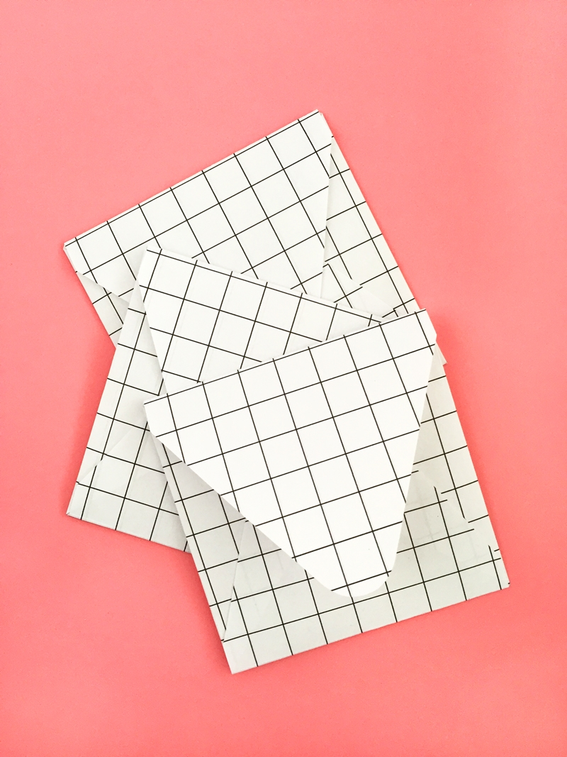 DIY Grid Envelopes - Maritza Lisa: Create your own grid pattern and apply them to your favorite stationery. Click through for the tutorial!