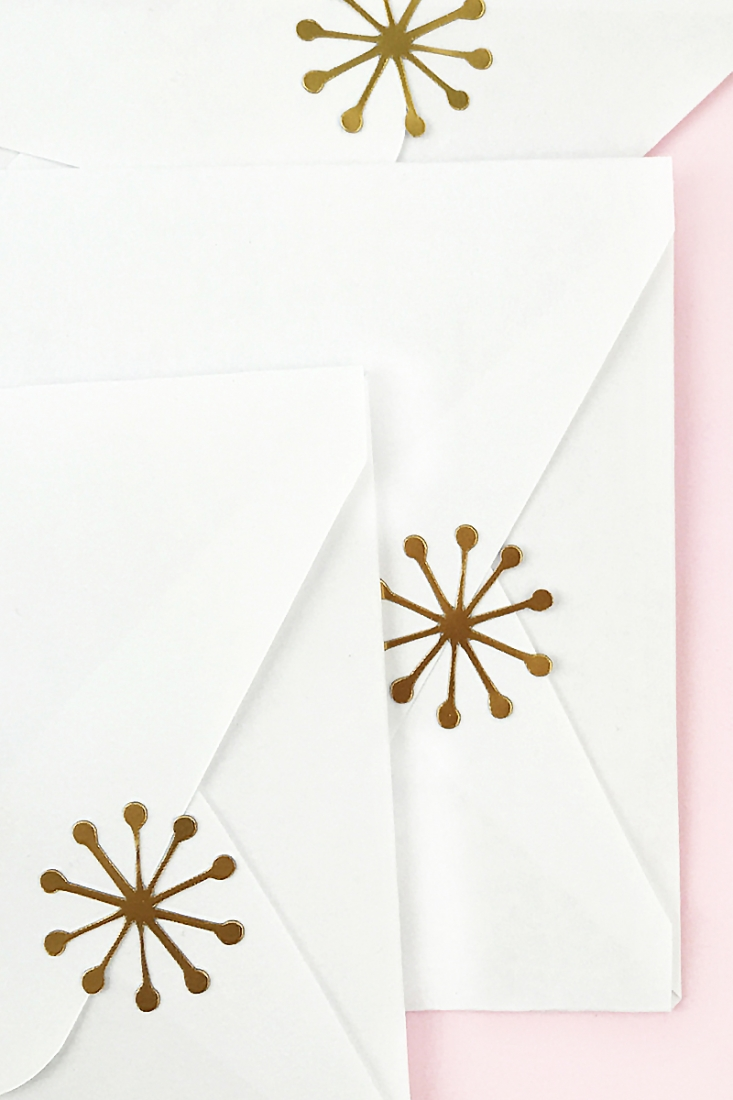 DIY Gold Mod Snowflake Seals - Maritza Lisa: These gold foil seals are the perfect DIY for your packaging. Use this cut file to add the perfect metallic and mod flair to your holiday crafting. Click through for the tutorial...