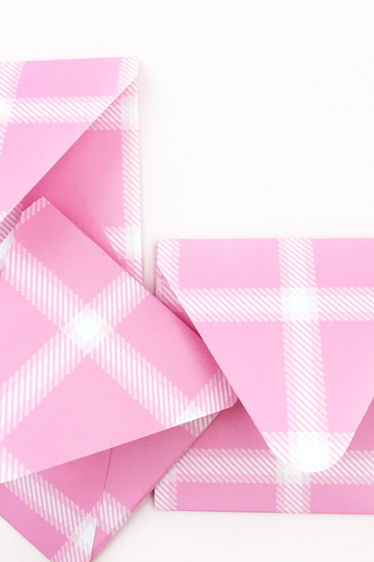 DIY Pink Plaid Envelopes - Maritza Lisa: Create your own plaid pattern with this free tool and use it to create your own stationery. Click through for the tutorial.