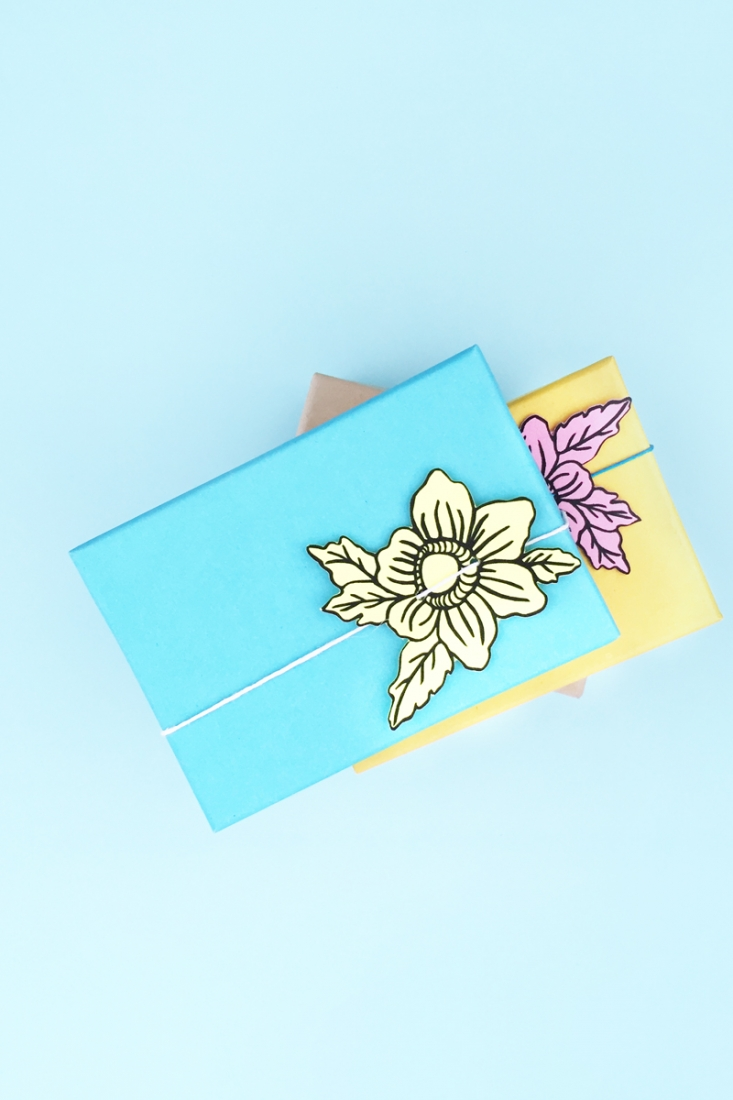 DIY Floral Gift Toppers - Maritza Lisa: Create your own pretty paper floral gift toppers with this quick and easy tutorial. Click through to make your own...