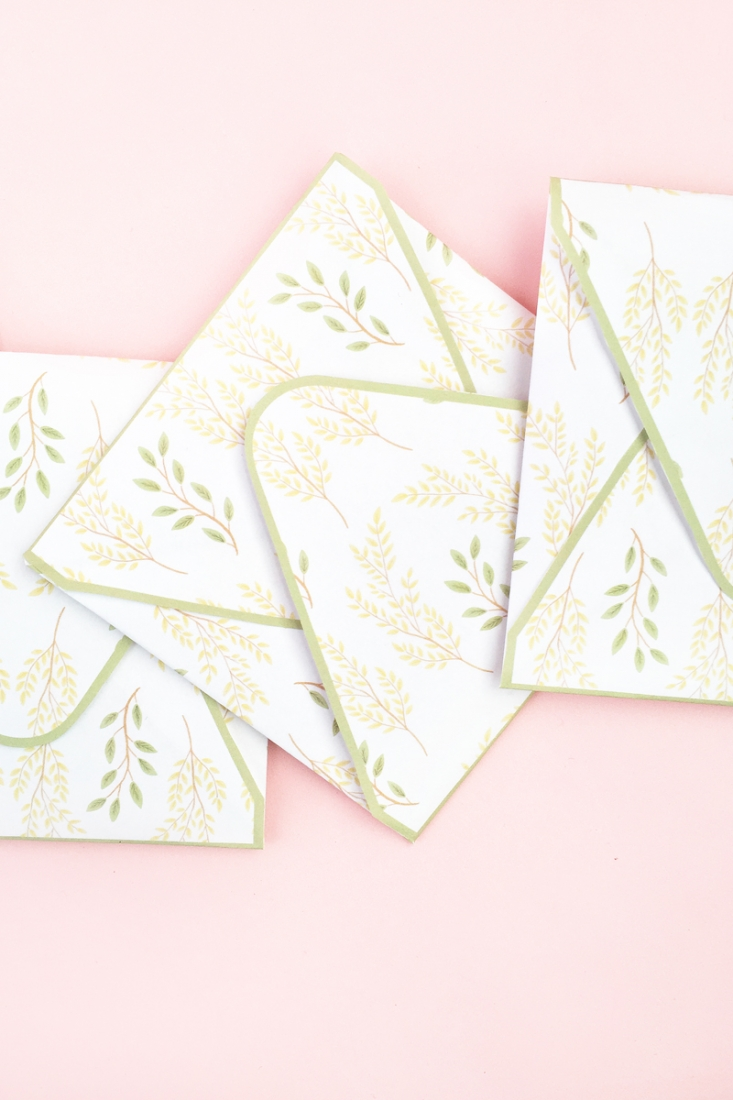 DIY Leaf Patterned Envelopes - Maritza Lisa: Create your own leaf patterned stationery with Silhouette Studio. Click through for tutorial!