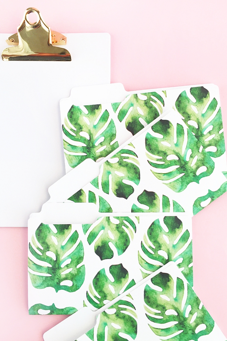 DIY Mini Tropical Folders - Create your own pretty stationery with this tutorial on Maritza Lisa. Click through to make your own!