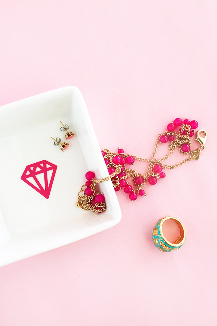 DIY Diamond Trinket Dish on Maritza Lisa - Have you tried vinyl? Here's a simple tutorial (with download) to try! Click through for the details!