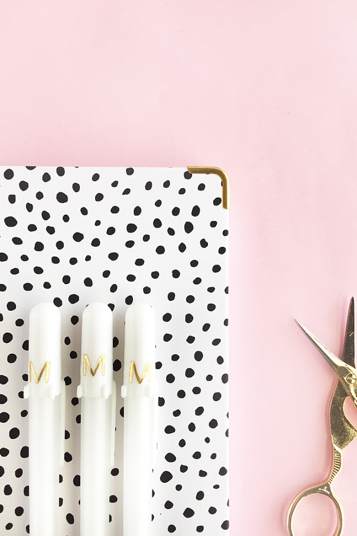 DIY Gold Monogrammed Pens - Maritza Lisa - Add a little gold to your stationery with this quick and easy Silhouette project. Click through for the tutorial! #diy #crafts #tutorial #monogram #stationery