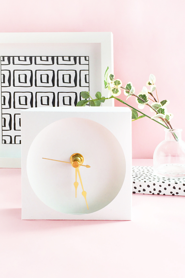 DIY Minimalist Paper Desk Clock on Maritza Lisa - You can totally paper craft this sweet little desk clock! Click through for the tutorial...