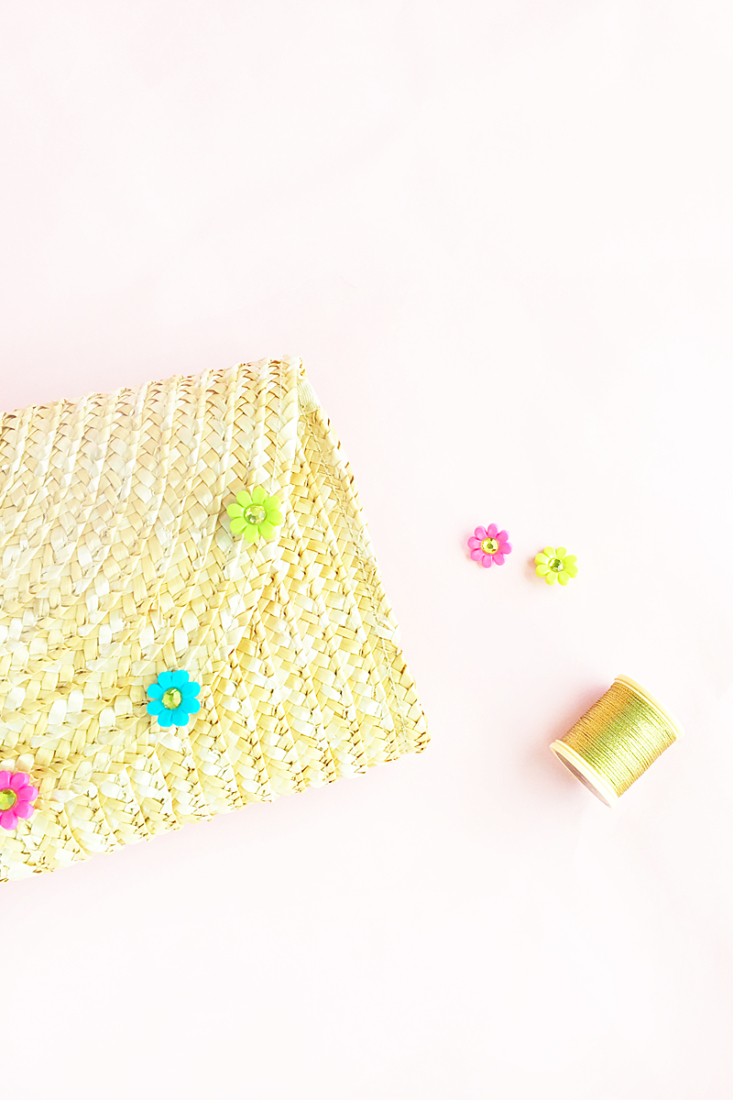 Easy DIY Floral Straw Clutch - Maritza Lisa - Customize and design your own clutch with this quick and easy tutorial. Click through and DIY your own style!